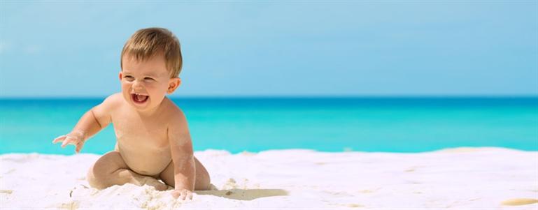Cuida-a-tu-bebe-en-la-playa
