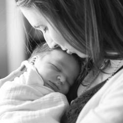laid-back-newborn-black-white-bw-mother-kissing-forehead-documentary-moment-photo-60