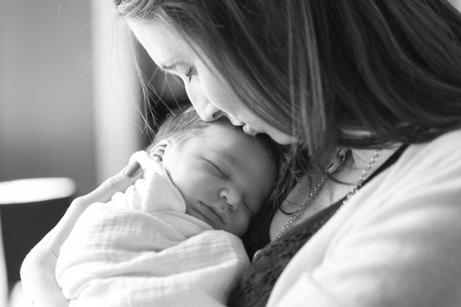 laid-back-newborn-black-white-bw-mother-kissing-forehead-documentary-moment-photo-60